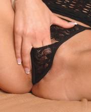 brunette-fisting-babe-004