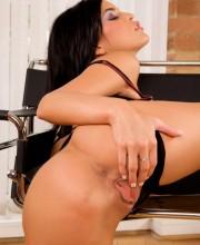 nella-stripping-nude_05